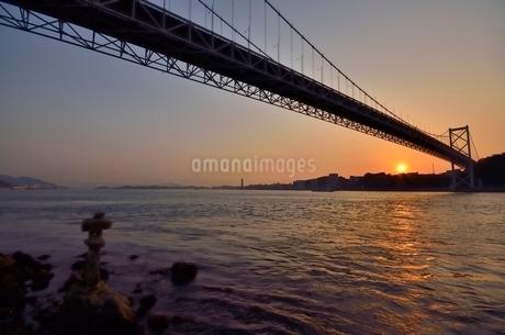 めかり神社から見た関門橋夕景の写真素材 [FYI03447102]
