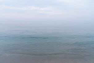 白く霞んだ空と透明な海の写真素材 [FYI03447105]
