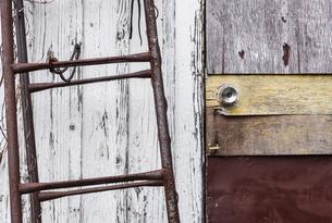 古びた脚立とドアの写真素材 [FYI03447110]