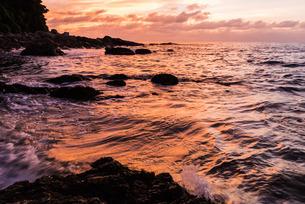 夕焼けに焼ける海面の写真素材 [FYI03447112]