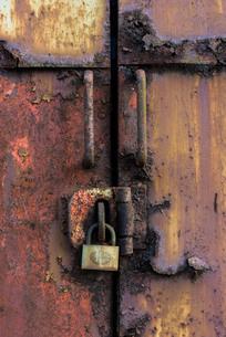 錠とさびた鉄の扉の写真素材 [FYI03447113]