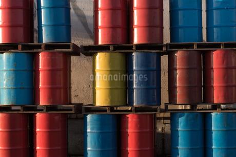 カラフルな並んだドラム缶の写真素材 [FYI03447114]