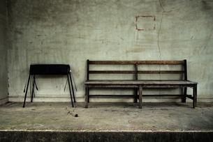 ベンチとバーベキュー台の写真素材 [FYI03447117]