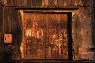 夕焼けの古い倉庫の写真素材 [FYI03447121]