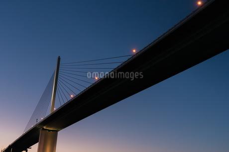 夕暮れの荒津大橋の写真素材 [FYI03447123]