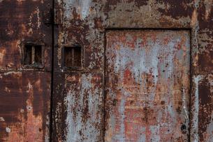 古びた倉庫の扉の写真素材 [FYI03447130]