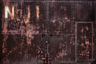 古びた倉庫の鉄のドアの写真素材 [FYI03447131]