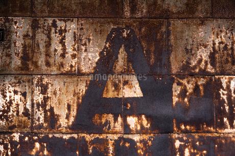 古びた倉庫のドアの写真素材 [FYI03447132]