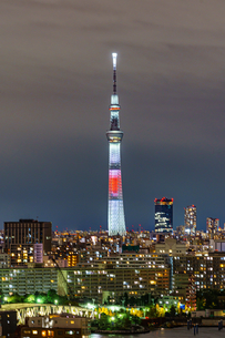 日本国旗のライトアップのスカイツリーの写真素材 [FYI03447147]
