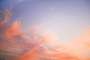 夕焼け雲と三日月の写真素材 [FYI03447165]