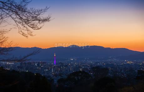 清水寺から臨む夕暮れの京都市の風景の写真素材 [FYI03447226]