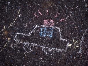 路面に落書きされたパトカーの写真素材 [FYI03447425]