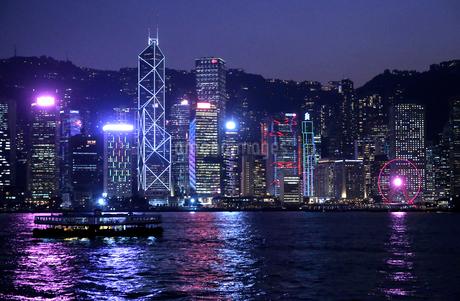香港名物のレーザーショウ「シンフォニー・オブ・ライツ」手前はスターフェリーの写真素材 [FYI03447495]