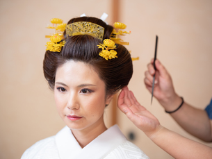 和髪をセットしている様子の写真素材 [FYI03447549]
