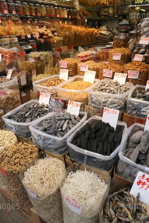 海味街とも呼ばれる西營盤にある徳輔道西(デ・ヴォー・ロード・ウェスト)の乾物店で売られる乾燥ナマコ(中央)や乾燥貝柱(奥)などの海産物の乾物。高価な中華料理材料だの写真素材 [FYI03447660]