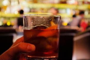ロックグラスのウイスキーの写真素材 [FYI03447689]