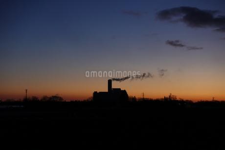 早朝の工場の写真素材 [FYI03447855]