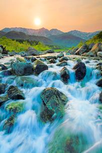 松川の清流と白馬連峰と夕日の写真素材 [FYI03447861]