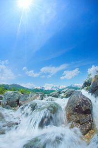 松川の清流と白馬連峰と太陽の写真素材 [FYI03447867]