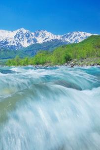 松川の清流と白馬連峰の写真素材 [FYI03447870]