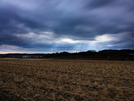 風景 光線 流れる雲 屋外 畑 長時間露光の写真素材 [FYI03448043]