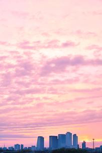 名古屋駅周辺の高層ビルに町並みと朝焼け空の写真素材 [FYI03448067]