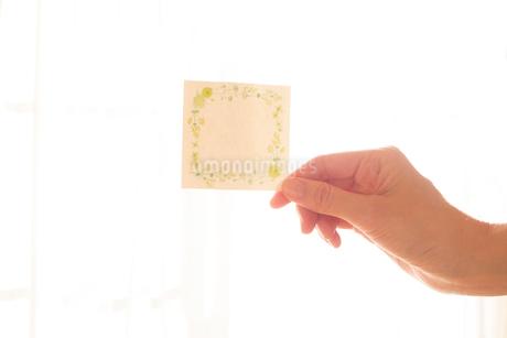 メモを持つ女性の手02の写真素材 [FYI03448107]
