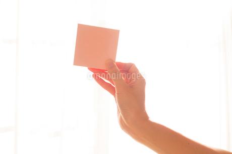 メモを持つ女性の手01の写真素材 [FYI03448108]