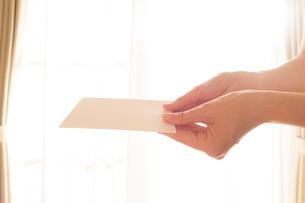 白い手紙を渡す女性の手02の写真素材 [FYI03448109]