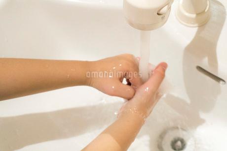 手を洗って風邪予防の写真素材 [FYI03448130]