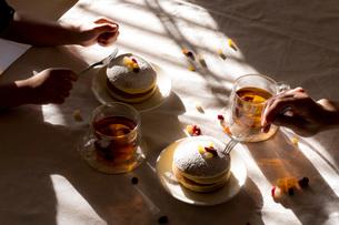 昼下がりのおやつタイム パンケーキの写真素材 [FYI03448131]
