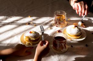 昼下がりのおやつタイム パンケーキの写真素材 [FYI03448133]