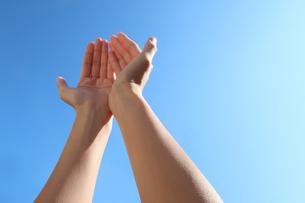 青空に伸びる手の写真素材 [FYI03448141]