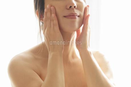 スキンケア 女性 ビューティーイメージ04の写真素材 [FYI03448162]
