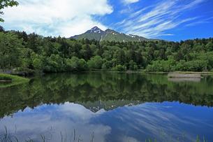 5月 利尻島の姫沼と利尻山(りしりざん)の写真素材 [FYI03448204]