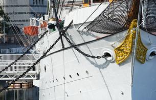 港に停泊している帆船の船首の写真素材 [FYI03448353]