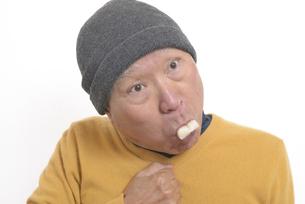 老人が餅を喉に詰まらせて苦しむの写真素材 [FYI03448429]