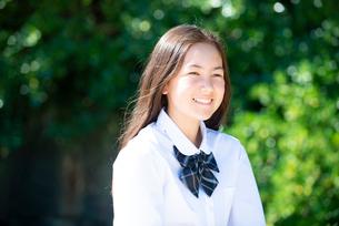 笑っている制服姿の女子学生の写真素材 [FYI03448530]