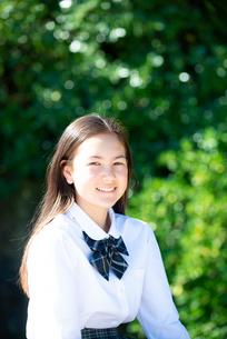 笑っている制服姿の女子学生の写真素材 [FYI03448556]