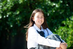 笑っている制服姿の女子学生の写真素材 [FYI03448564]