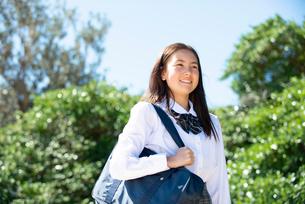 笑っている制服姿の女子学生の写真素材 [FYI03448573]