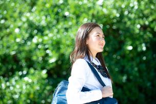 遠くを見ている制服姿の女子学生の写真素材 [FYI03448582]