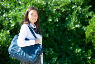笑っている制服姿の女子学生の写真素材 [FYI03448651]