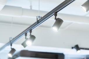 レールライトのスポット照明の写真素材 [FYI03448761]