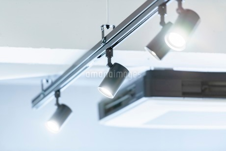 レールライトのスポット照明の写真素材 [FYI03448765]