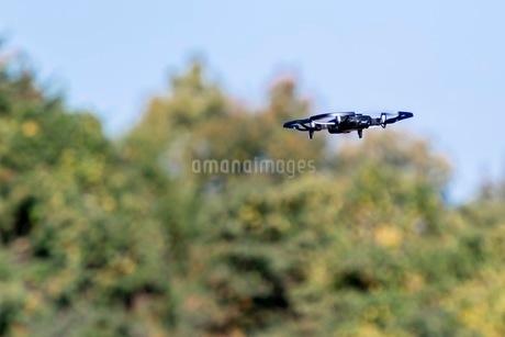 空を飛ぶドローンの写真素材 [FYI03448784]