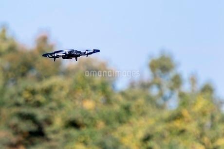 空を飛ぶドローンの写真素材 [FYI03448785]