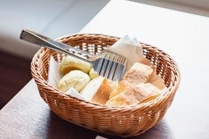 バスケットに入ったパンの写真素材 [FYI03448791]