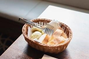バスケットに入ったパンの写真素材 [FYI03448792]