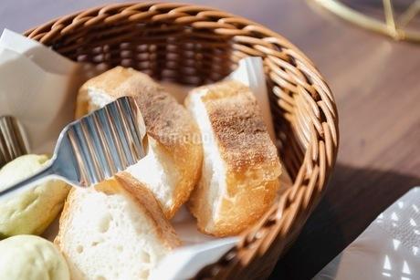 バスケットに入ったパンの写真素材 [FYI03448793]